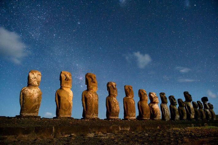 Des moaï (statues monumentales) à Rapa Nui, l'île de Pâques. Nombre de chercheurs pensaient que Rapa ...