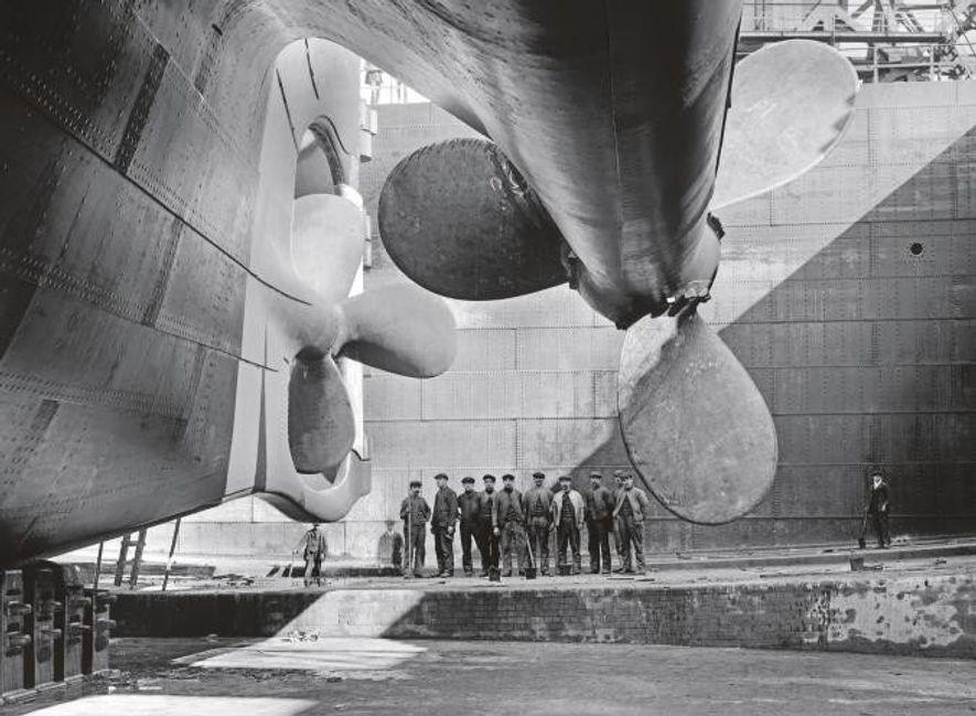Les hélices de l'Olympic - le navire jumeau presque identique du Titanic - cache les ouvriers ...