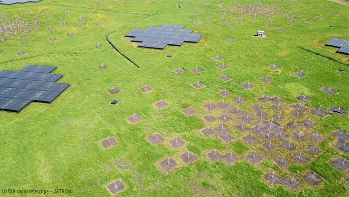 Cette vue aérienne montre l'une des nombreuses stations à antenne du radiotélescope Low-Frequency Array, ou LOFAR.