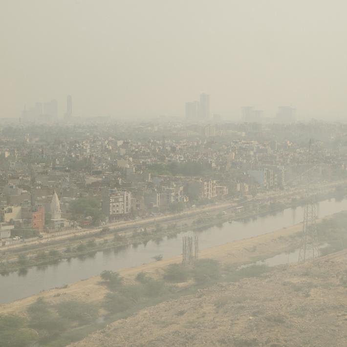 Cette photo, prise en amont d'une décharge, montre l'épais nuage de pollution qui enveloppe la ville ...