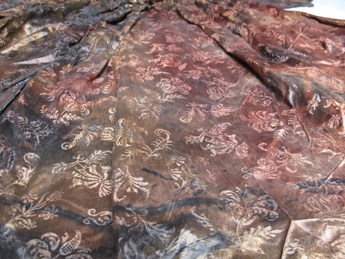 Image de tissus et de motifs d'une robe conservée pendant 400 ans dans une épave