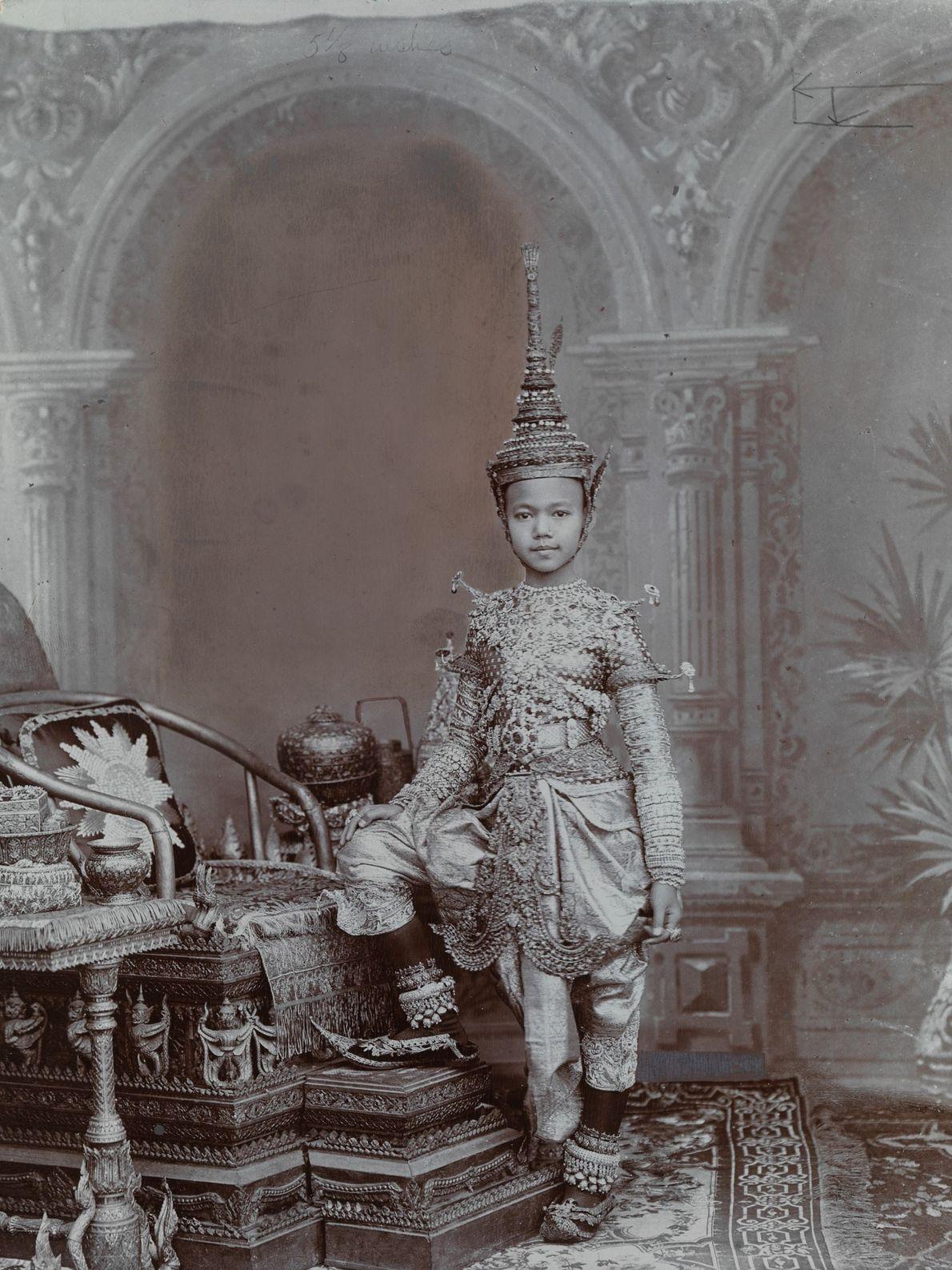 Un prince Siamois porte une tenue faite de bijoux, ainsi qu'une coiffe qui ressemble à un ...