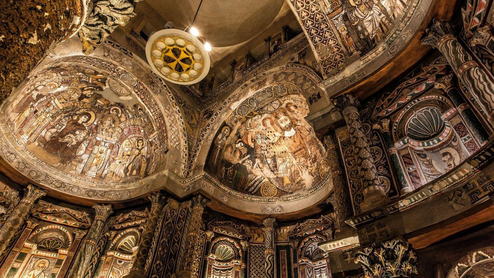Les fresques représentant Jésus, la Vierge Marie, des apôtres, des évangélistes, des prophètes et des anges ...