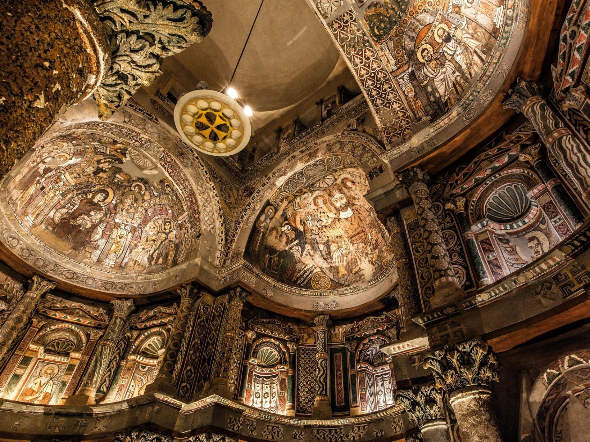 Les fresques représentant Jésus, la Vierge Marie, des apôtres, des évangélistes, des prophètes et des anges ornent les murs de l'église du monastère rouge, construite à la fin du Ve siècle de notre ère dans le cadre de l'épanouissement de la culture copte en Égypte.
