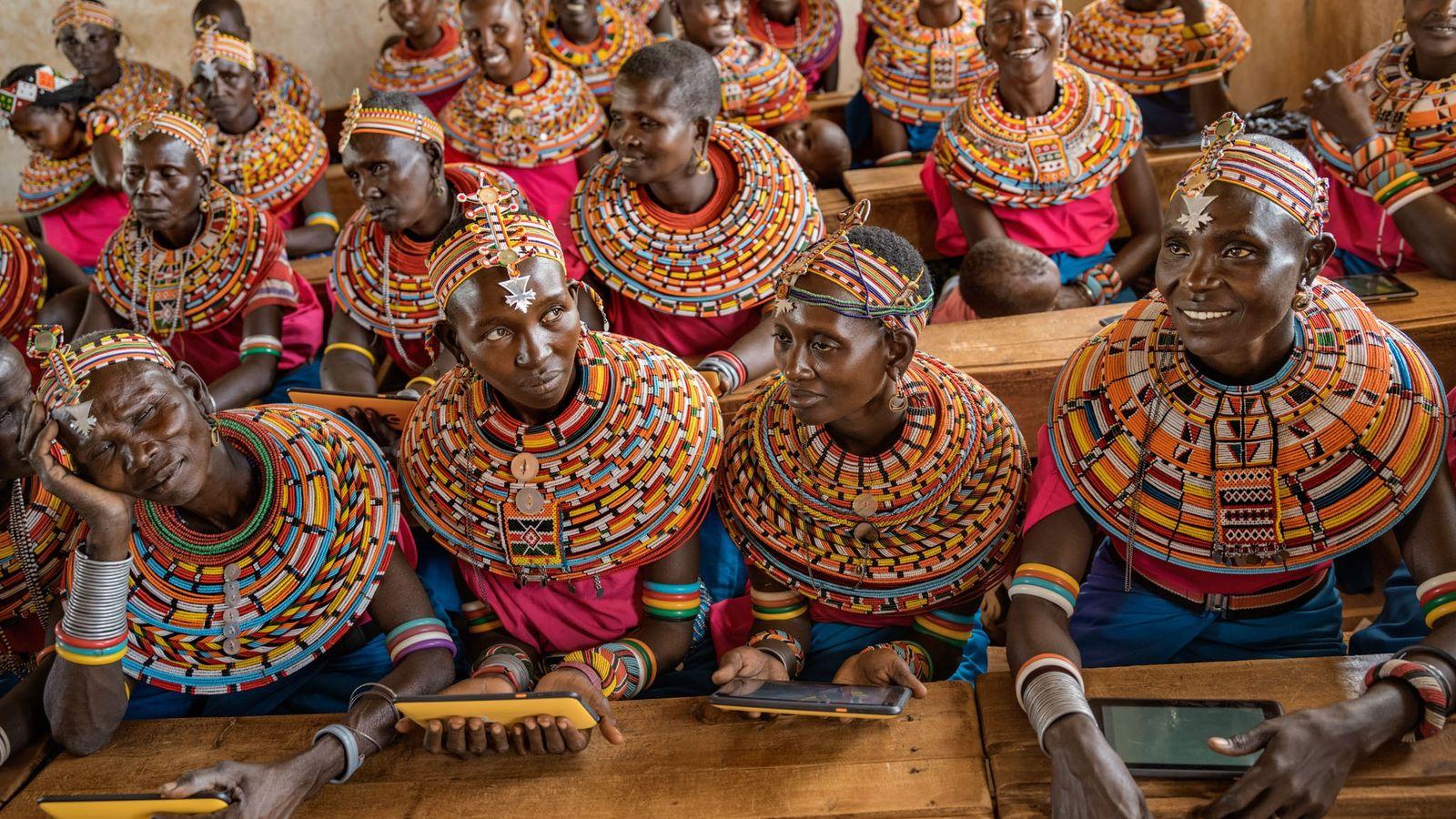 Chaque semaine, environ 50 femmes Samburu se retrouvent pour enseigner et apprendre dans l'unique école des ...
