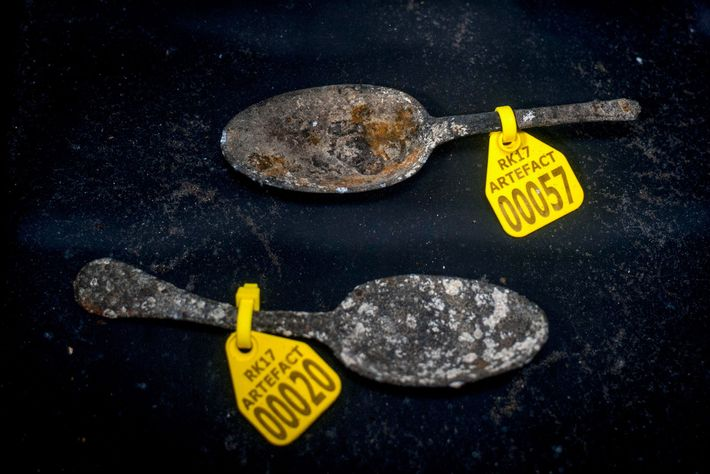 Cuillères en étain découvertes durant l'excavation du Rooswijk, navire marchant de la Compagnie néerlandaise des Indes ...