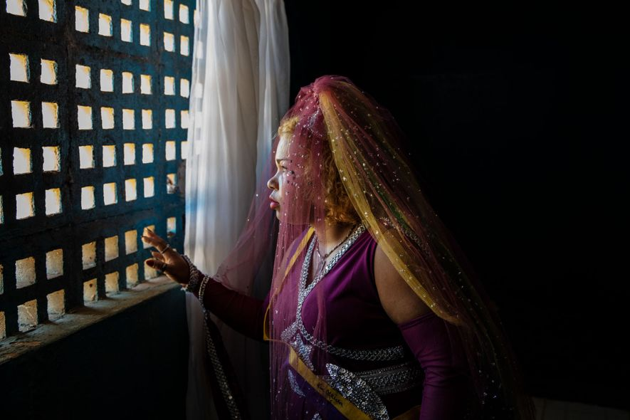 Francisca Antonia dos Santos fait une pause dans une salle de prière appelée le « château du silence ».