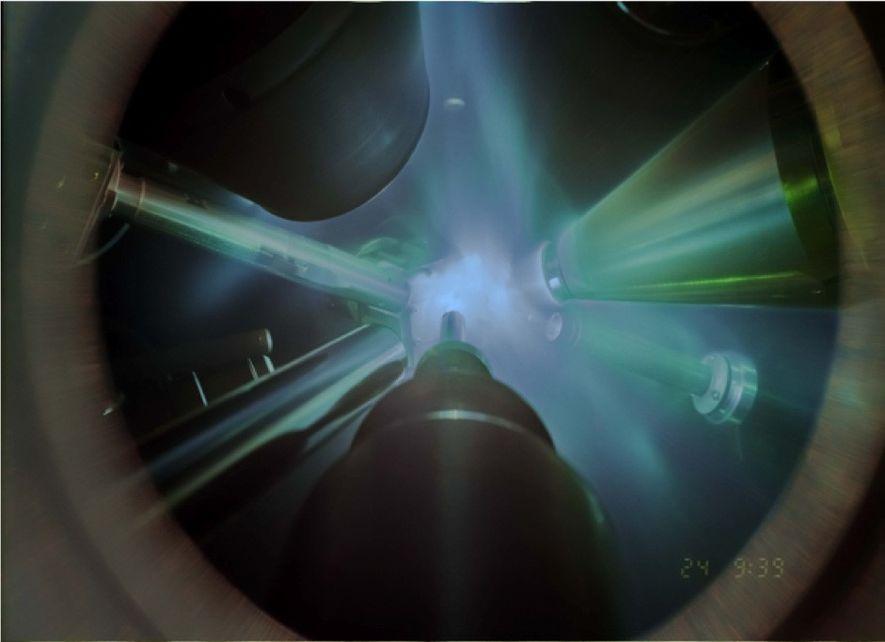 Dans cette image d'une expérience de diffraction de rayons X, les lasers géants se concentrent sur ...