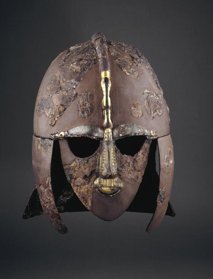 Mis au jour sur le site de Sutton Hoo, ce casque extraordinaire était enterré avec son propriétaire, ...