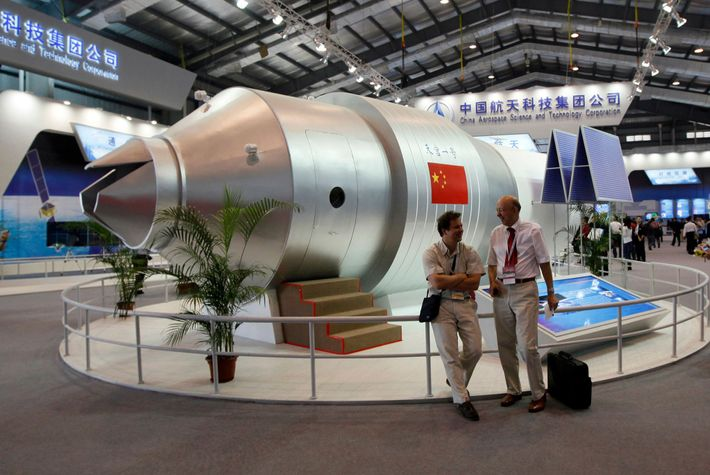 Des visiteurs admirent une modélisation de la station spatiale Tiangong-1 au 8e Salon International de l'Aéronautique ...