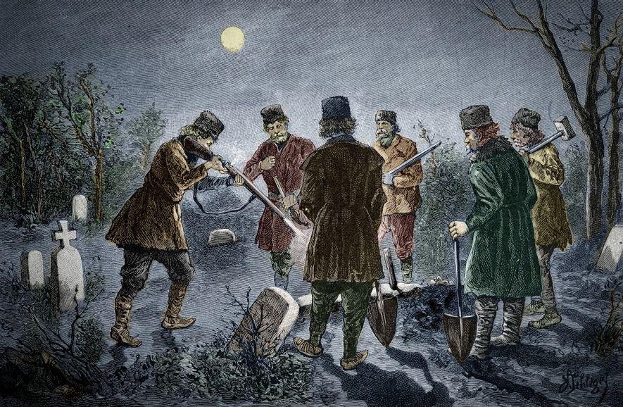 Sur cette gravure du 19e siècle, le corps d'un prétendu vampire est achevé au fusil dans un cimetière transylvanien, après avoir eu le cœur transpercé par un pieux.