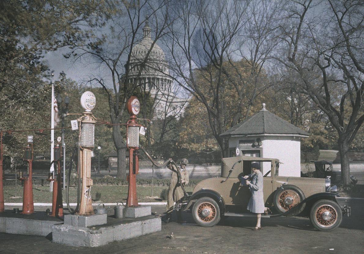 À Washington, dans les années 1920, une femme attend que son plein d'essence soit fait. Tandis ...