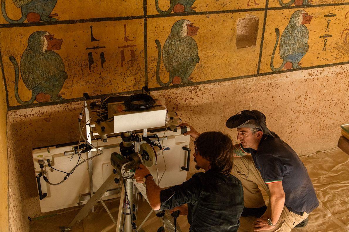 Les techniciens positionnent l'antenne du radar tout près du mur du tombeau de Toutânkhamon. Si une ...