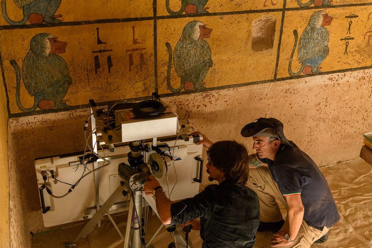 Les techniciens positionnent l'antenne du radar tout près du mur du tombeau de Toutânkhamon. Si une …