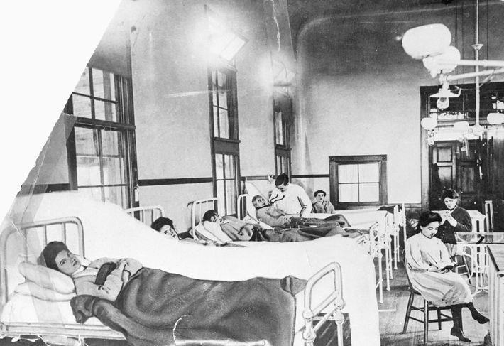 Mary Mallon (ici au premier plan) ne présentait aucun symptôme de la typhoïde. Pourtant, elle a ...