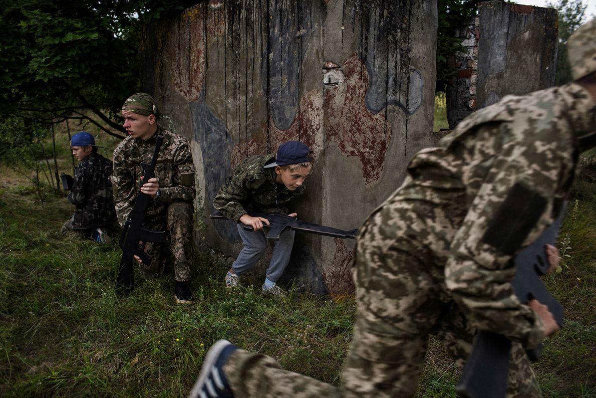 De jeunes ukrainiens participent à un exercice de simulation de guerre au camp RANGER. Ce programme ...