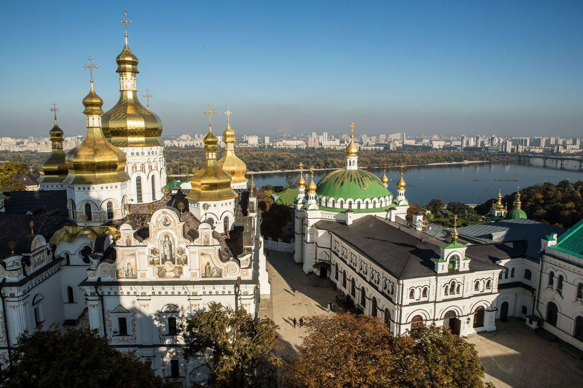 Cœur de l'Église orthodoxe d'Ukraine, la laure de Kievo-Pechersk est un monastère notamment composé de la ...