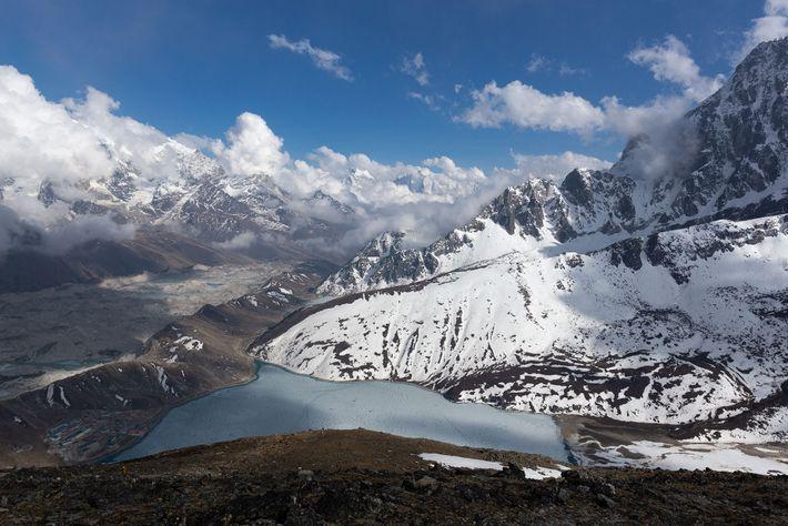 Le glacier Ngozumpa est le plus long de l'Himalaya.