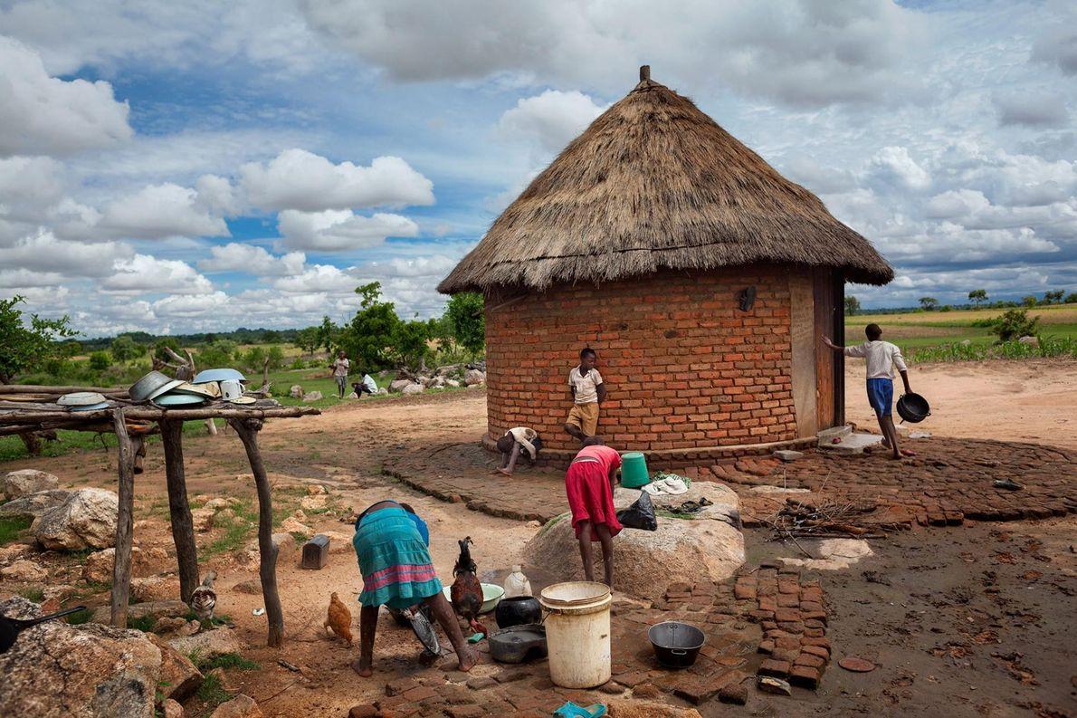 Neuf orphelins vivent ici avec leurs grands-parents, travaillant la terre pour vivre. Près d'un million d'enfants ...