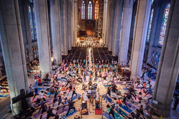 Chaque semaine, entre 500 et 600 personnes participent au cours collectif de yoga organisé par la ...