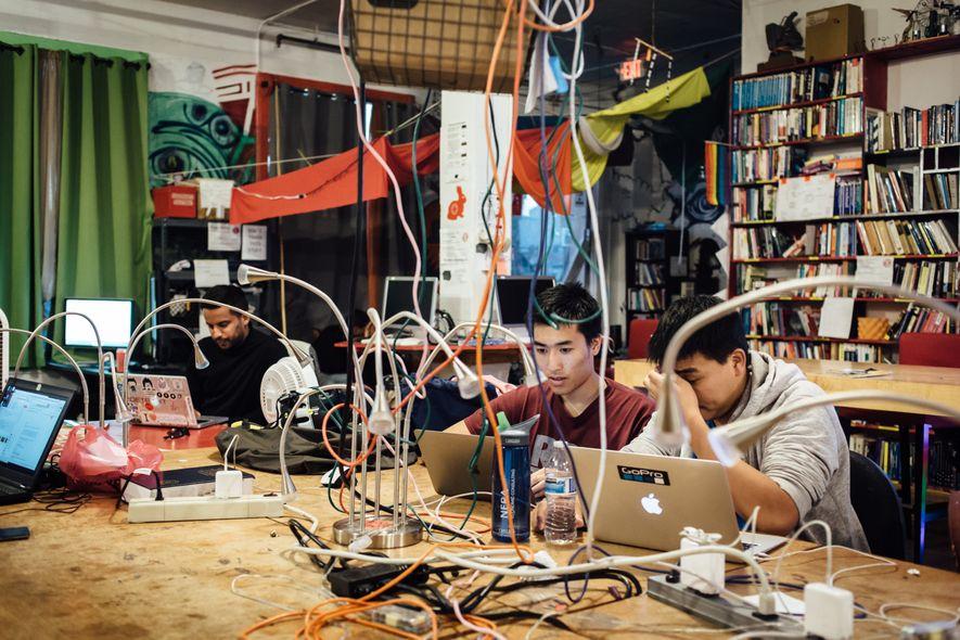 NoiseBridge est un hackerspace, sorte de laboratoire communautaire où des jeunes créent des programmes informatiques.