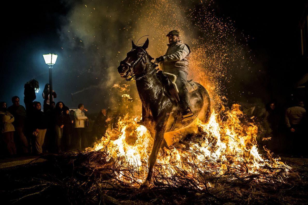 « Le 16 janvier 2016, à San Bartolome de Pinares (Espagne), un homme et son cheval ...