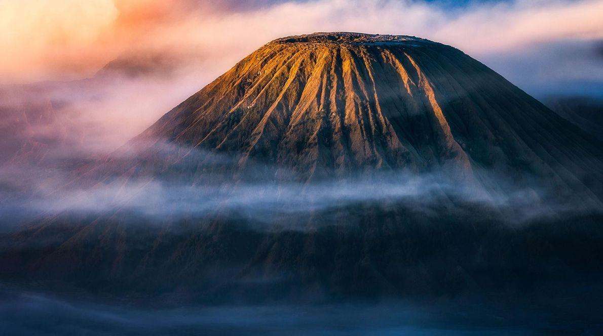 « La plupart des touristes nationaux et étrangers qui visitent l'est de Java, en Indonésie, aspirent ...