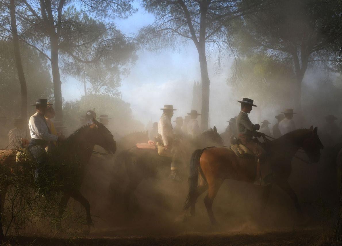 « Des hommes montent à cheval à El Rocio. » – José Antonio Zamora