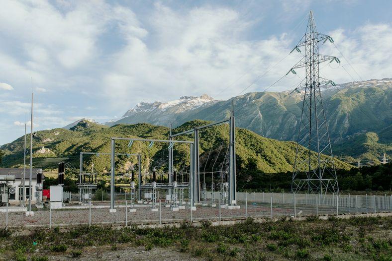 Une centrale hydroélectrique située dans le lit de la rivière Langarica, un des affluents de la ...