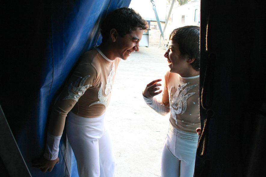 Brandon et Brian Cedeno, deux Équatoriens qui jonglent avec leurs pieds, entrent dans le grand chapiteau ...