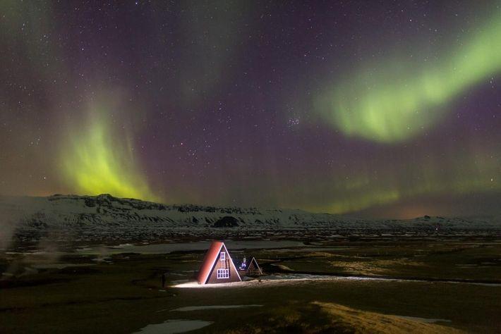 L'architecture typiquement islandaise, comme celle de cette maison située en périphérie de Húsavík, renforce le cadre ...