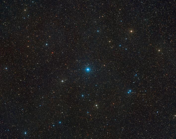 HR 6819 peut être vu au centre de cette vue à large champ du ciel créée ...
