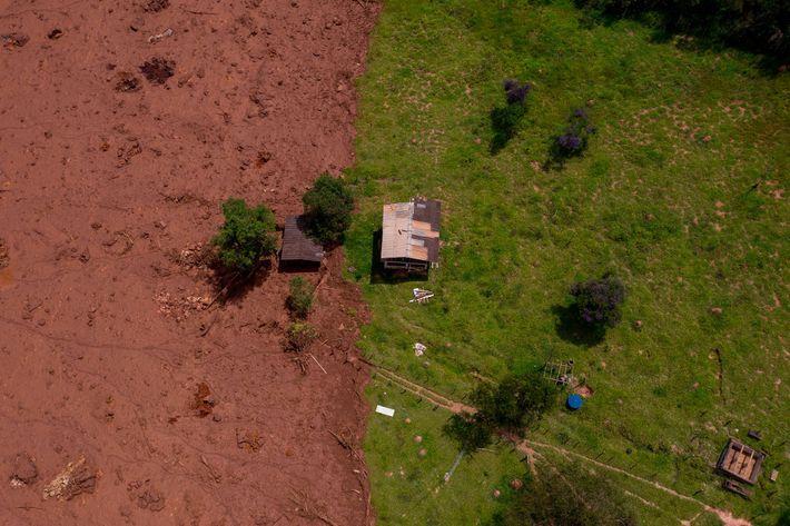 Vue aérienne d'une zone touchée par la coulée de boue provoquée par l'effondrement du barrage.