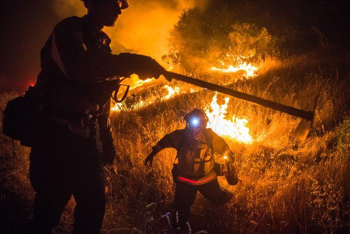 John Hasslinger (à gauche), capitaine des pompiers du comté de Monterey, et le pompier Patrick Tacheny ...