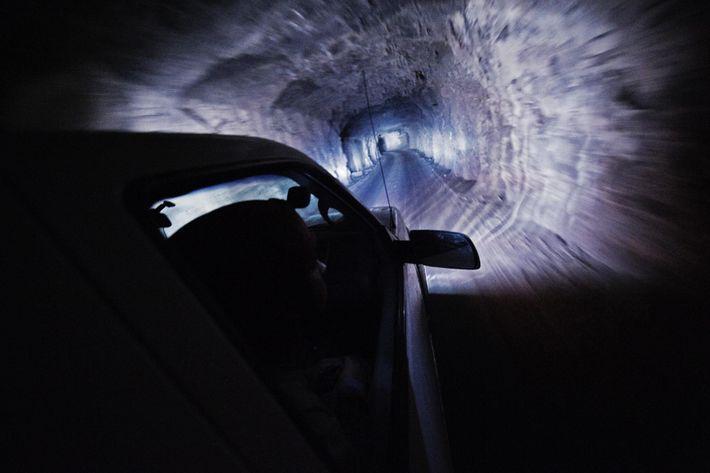 Des ouvriers descendent à travers un puits de mine pour se rendre dans les cavernes de ...