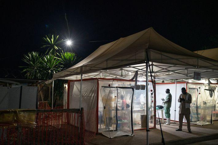 Kavugho Mukoni Romelie, 16 ans, est soigné pour Ebola au centre de l'Alliance pour l'action médicale ...