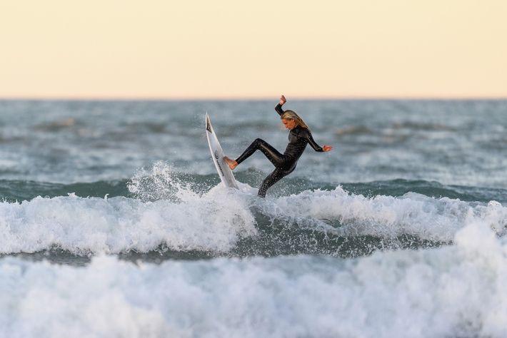 La championne de surf néo-zélandaise Ava Henderson se jette dans les vagues de Christchurch le 28avril, ...