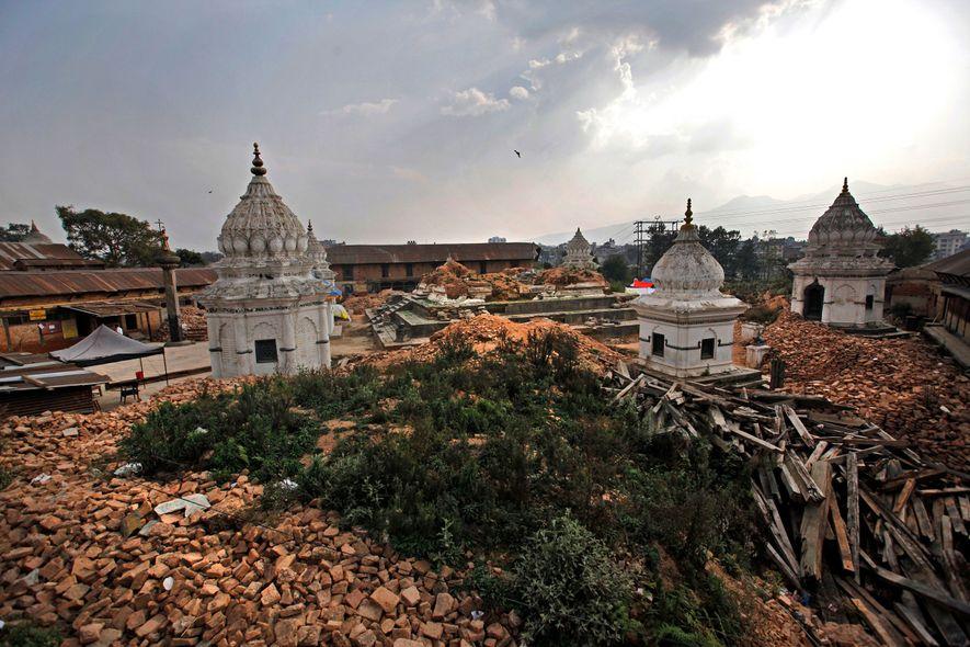 À la suite du séisme dévastateur de 2015, l'un des plus anciens temples de Katmandou, au ...