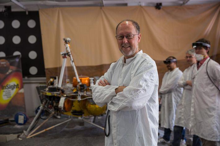 Bruce Banerdt, chercheur principal sur l'atterrisseur InSight, se tient près d'une réplique d'InSight utilisée pour simuler ...