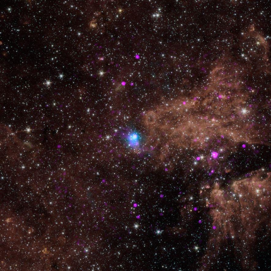 Sur cette photo, le point bleu lumineux est un pulsar, cœur d'une étoile morte qui tourne ...