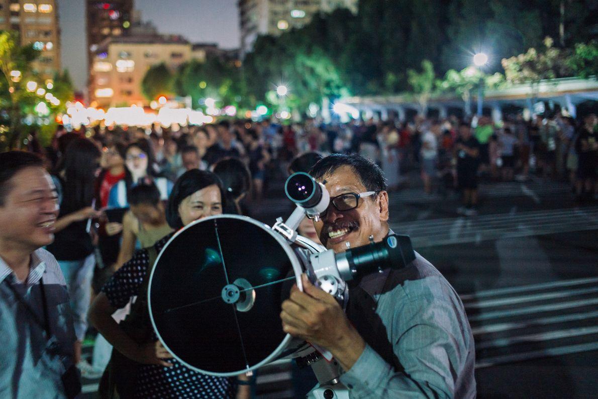 À Taïwan, on installe des télescopes pour assister à la rare éclipse lunaire totale près de ...