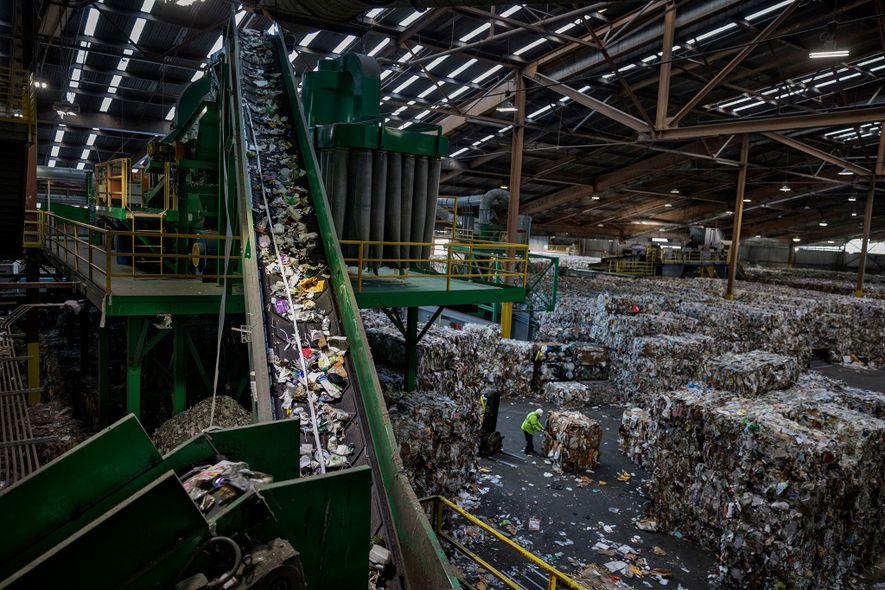 La plus grande usine de recyclage de San Francisco traite de 500 à 600 tonnes de déchets par jour. Comptant parmi les rares usines aux États-Unis à accepter les sacs plastique, elle a plus que doublé le tonnage recyclé au cours des 20 dernières années. Le plastique est classé puis redirigé dans une trieuse optique.