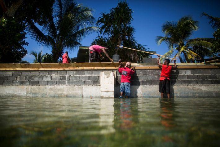 À Ejit, une digue est reconstruite pour tenter de tenir l'eau qui monte à distance.