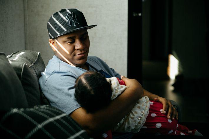 Liam Johnson, un papa transgenre porte sa fille, Aspen, le jour de son premier anniversaire. La ...