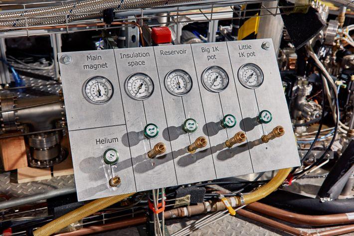 Au laboratoire, des jauges indiquent les pressions et d'autres mesures de l'aimant. L'expérience ADMX G2 est ...