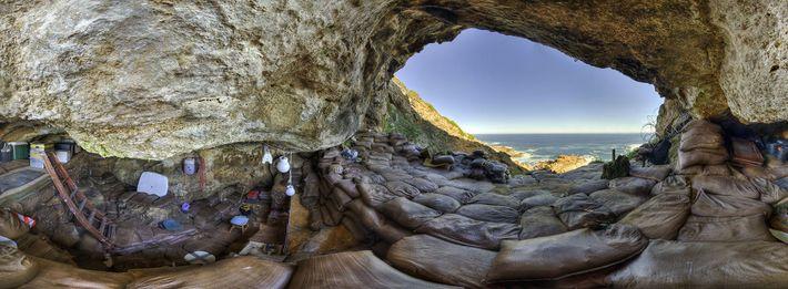 Cette vue panoramique présente l'intérieur de la grotte de Blombos, où des scientifiques ont découvert un ...