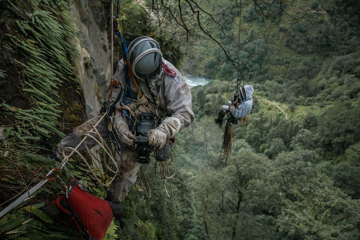 Renan Ozturk est suspendu à une corde  de 11 mm de diamètre pour immortaliser l'ascension ...
