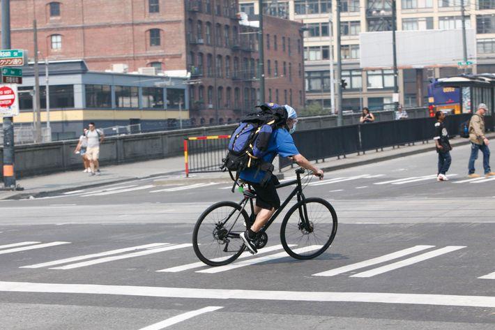 À Seattle, un cycliste porte un masque.
