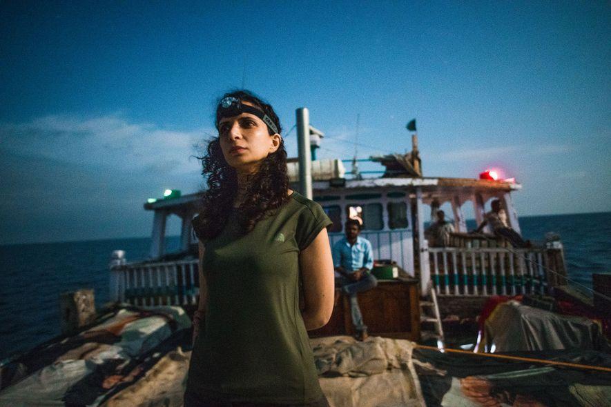 Ella Al-Shamahi, paléoanthropologue et exploratrice émergente National Geographic, se tient debout sur le pont du navire ...