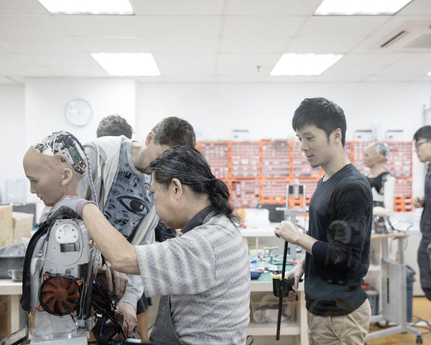 Des ingénieurs travaillent au sein du laboratoire Hanson Robotics, qui est situé à Hong Kong et ...